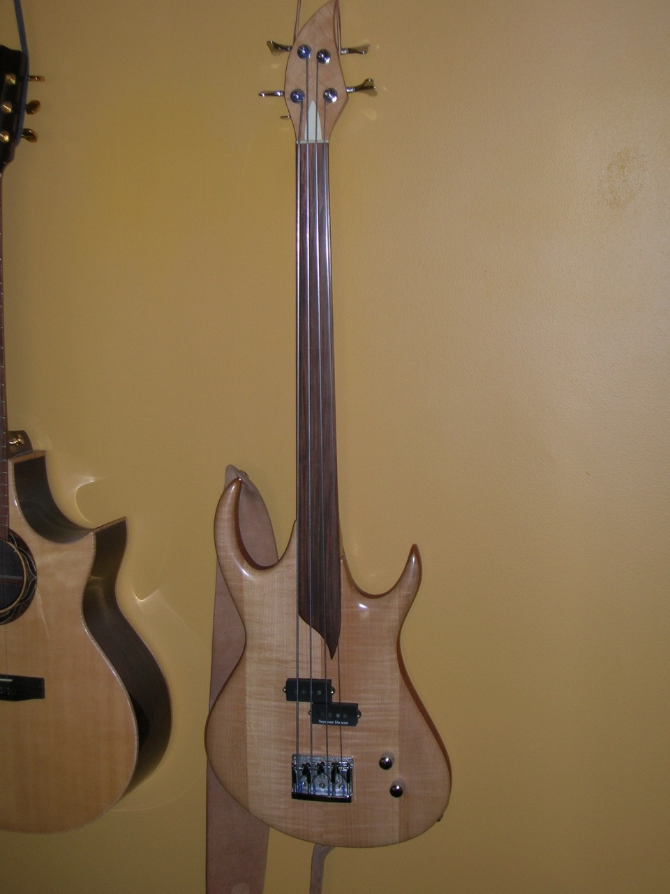 Fretless Bass in Curley Maple, Mahogany and Pau Ferro